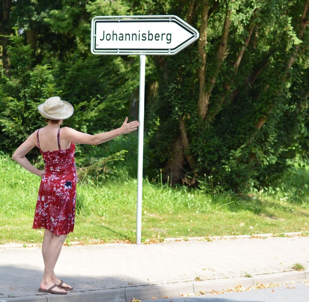 Verkehrslotsin Mariethres vor Johannisberg Schild